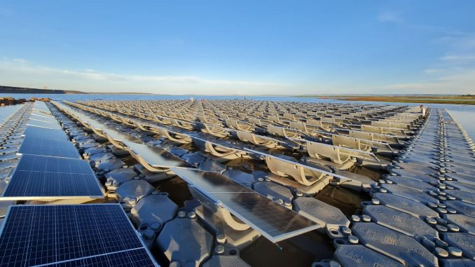 Projeto pioneiro de P&D de FURNAS combina usinas solares fixa e flutuante, além de planta de hidrogênio verde